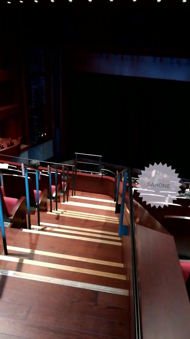 3階の座席に向かう階段画像