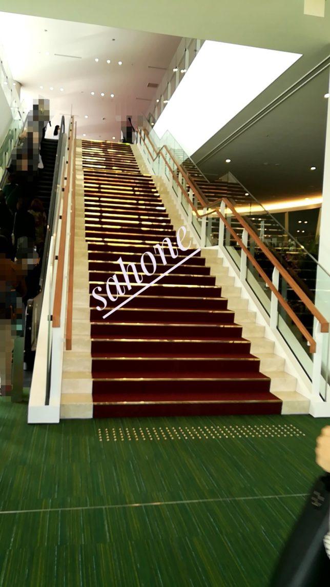 劇場に向かエスカレーターと階段の説明